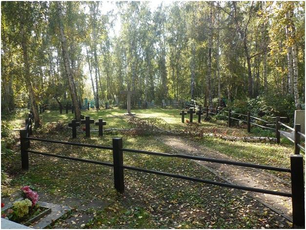 Мемориальный одиночный комплекс с крестом Туринск Резные памятники Борисово